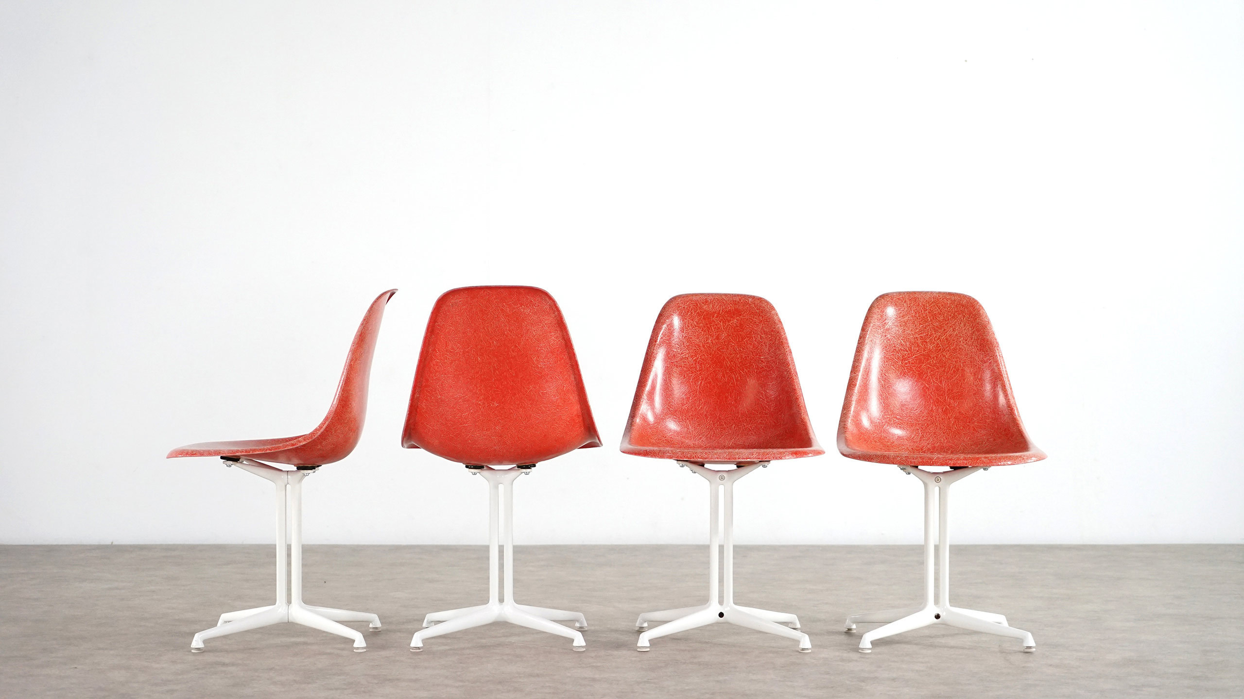 Charles eames set of 4 la fonda herman miller for Eames chair prix