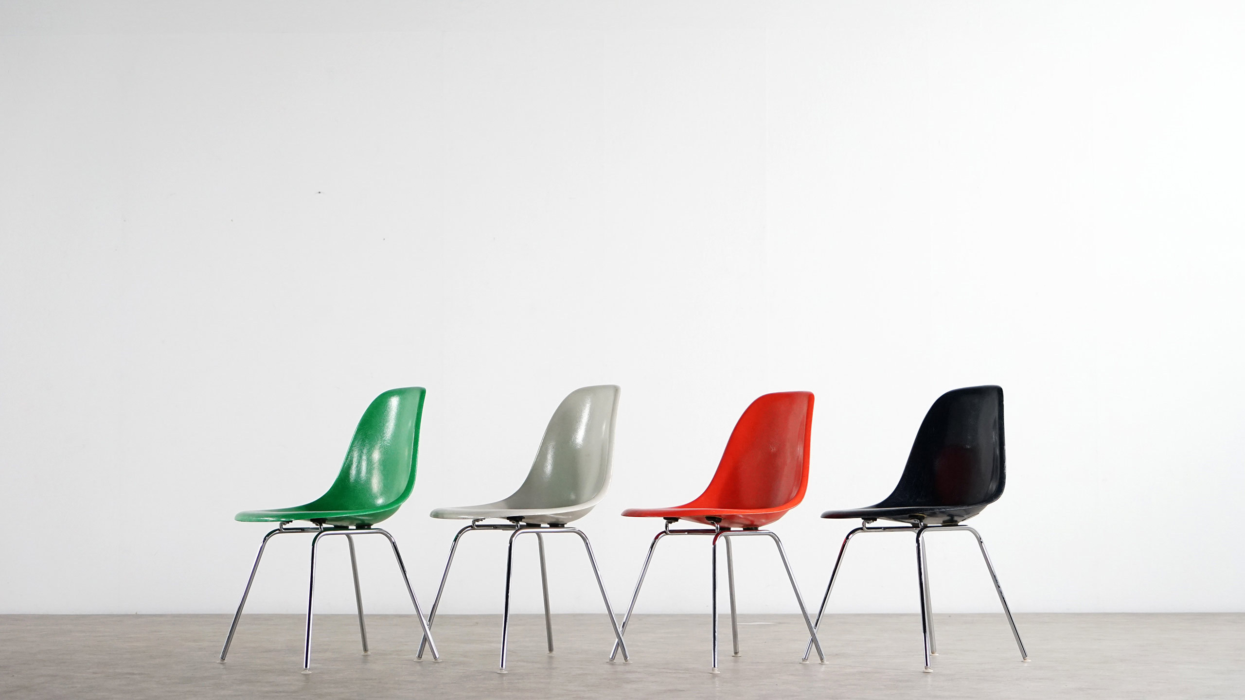 Charles eames set of 4 diff colored sidechairs for Eames chair prix